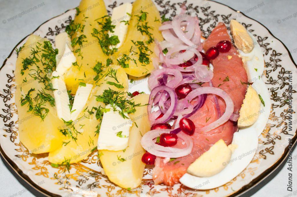 отварная картошка с копченой семгой, зернами граната, луком и вареным яйцом