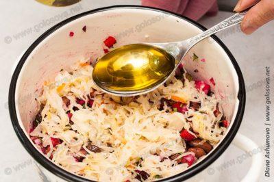 добавляем растительное масло в винегрет с фасолью