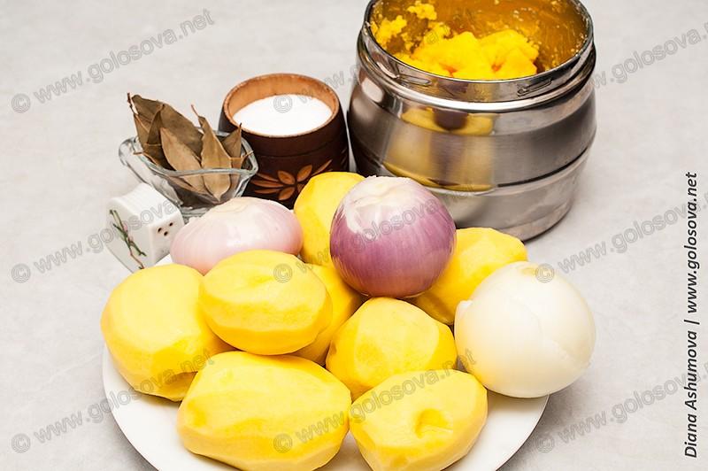 картошка, лук, лавровый лист и масло