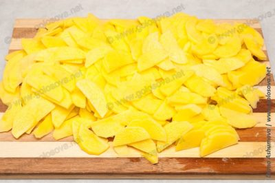 нарезанная пластинками картошка