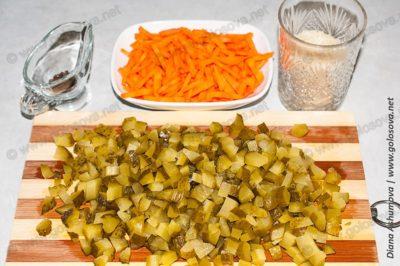 соленые огурцы и морковь для рассольника с рисом