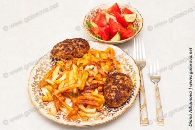 салат и жареная картошка с котлетами из фарша телятины