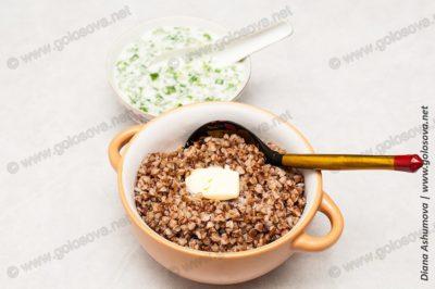 гречка со сливочным маслом и окрошкой на кефире
