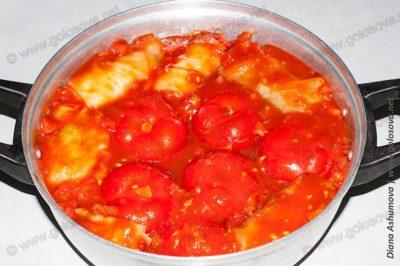 фаршированные помидоры и голубцы в кастрюле