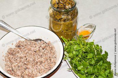 консервированные виноградные листья, фарш и кинза
