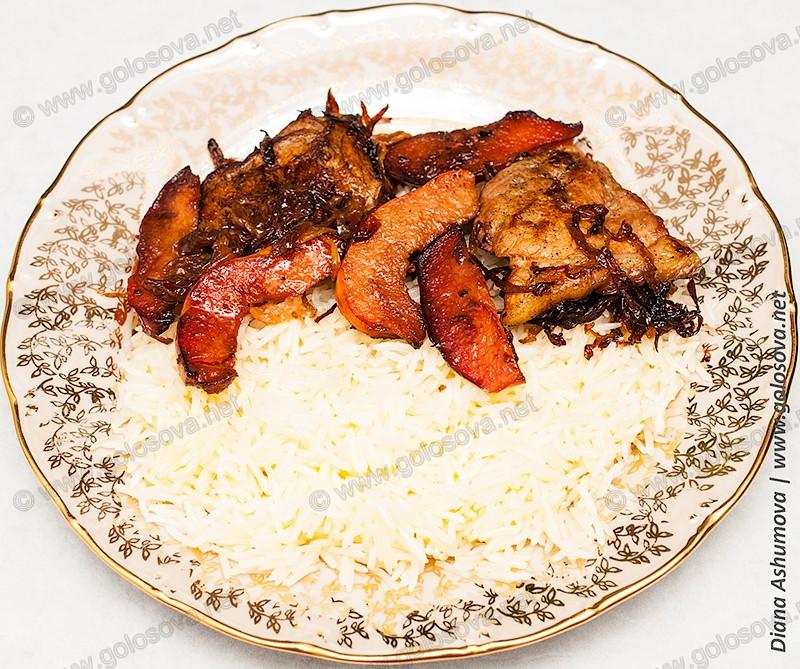 тарелка плова со свининой и айвой