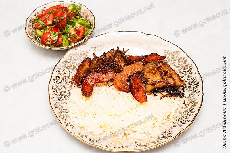 салат из помидоров и огурцов с пловом со свининой и айвой