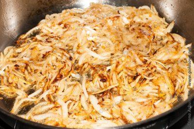обжаренный лук на сковороде