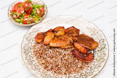 вкусный ужин из салата с помидорами и свинины с айвой и гречкой