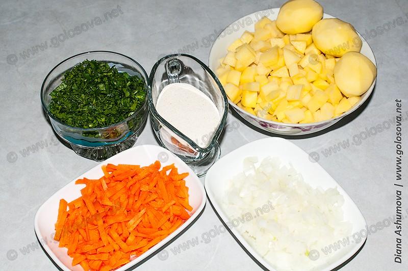 нарезанные картофель, морковь, лук и лзелень