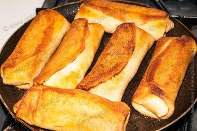 тонкие блинчики с картошкой на сковороде