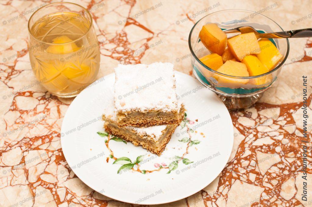 песочный пирог и компот из айвы