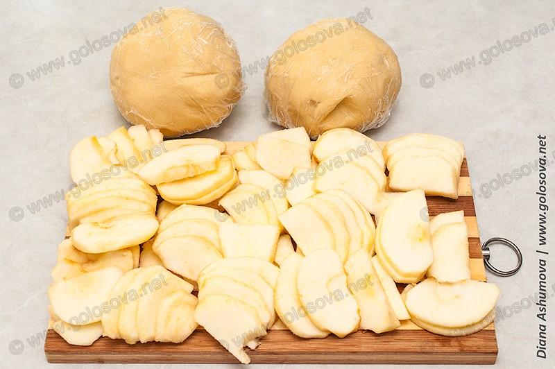 нарезанные яблоки и песочное тесто без сметаны