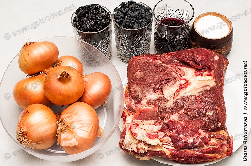 говядина, лук, сухофрукты, красное вино