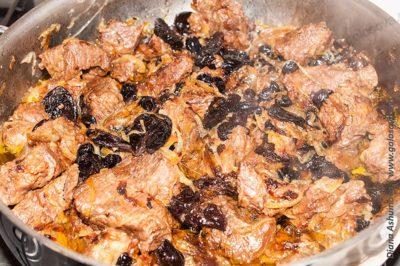 говядина с черносливом и изюмом на сковороде