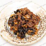 Тушеная говядина с черносливом и изюмом. Рецепт с фото.