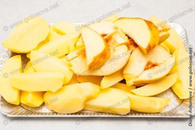 нарезанная картошка и айва