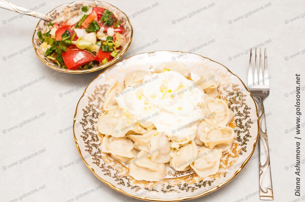 пельмени с салатом из свежих овощей