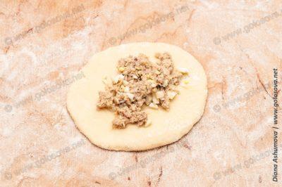 выкладываем начинку для пирожков с мясом и яйцом