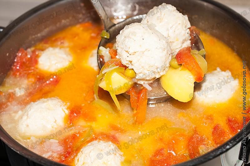 суп с фрикадельками из фарша индейки и зеленым горошком