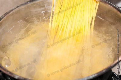 варим спагетти в соленой воде