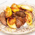 Печень индейки с яблоками и луком