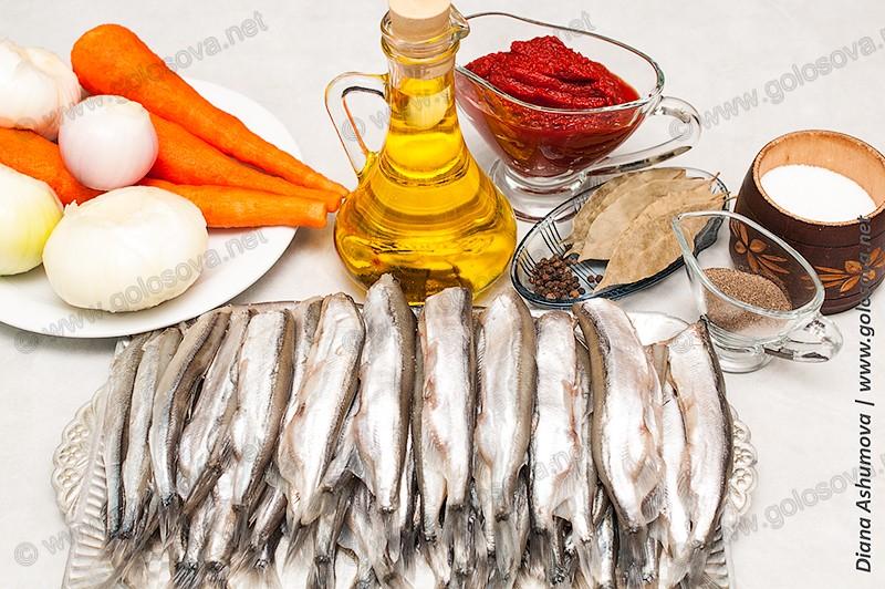 мойва, морковь, томатная паста, лук, растительное масло и соль с перцем