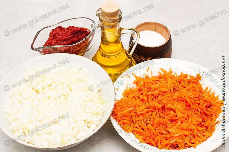 нарезанные морковь и лук, томатная паста и растительное масло, соль, перец