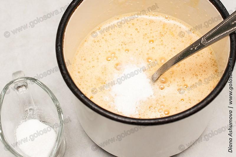 взбитые яйца с сахаром и ваниль