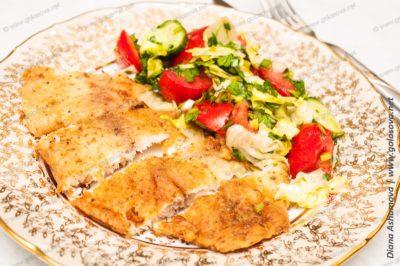 окунь, жареный на сковороде, с салатом из огурцов и помидоров