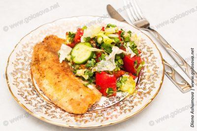 жареный окунь с летним салатом