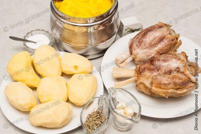 отварные рульки и сырой картофель