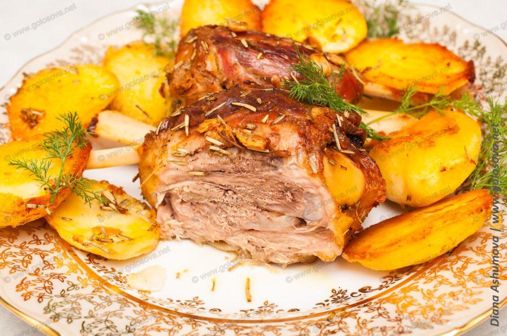 свиная рулька запеченная в духовке с картошкой