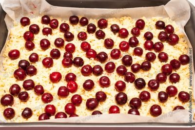 песочный пирог со свежей вишней