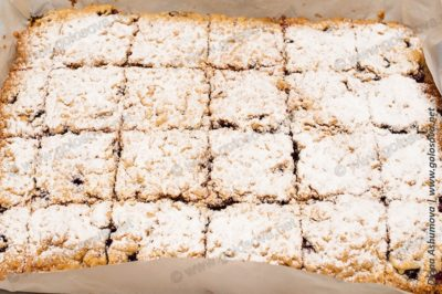 нарезанный песочный пирог с вишней
