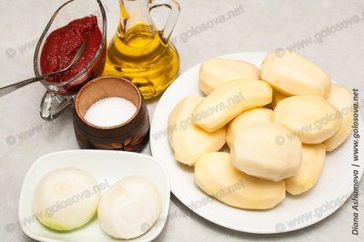 картофель, лук, томатная паста и растительное масло