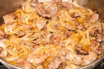 вкусная жареная куриная печень с луком