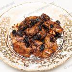 Жареная куриная печень с черным изюмом. Рецепт с фото.