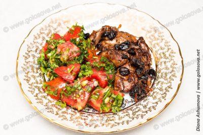 жареная куриная печень с салатом из помидоров