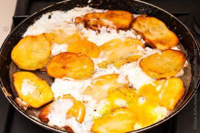картошка обжаренная с яйцом