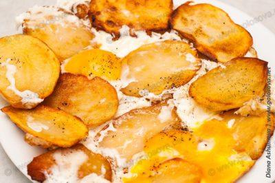 вареная картошка обжаренная на сковороде с яйцами