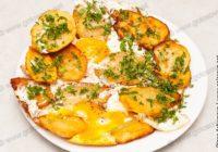 обжаренный картофель с яйцами