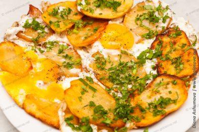 обжаренный картофель на сковороде с яйцами