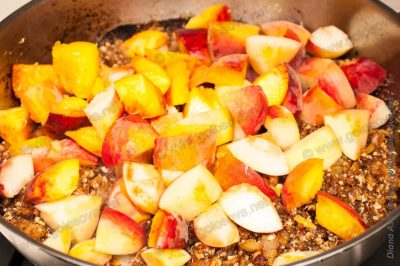 миндаль с персиками и луком