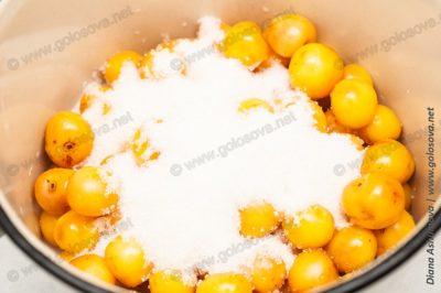 компот из белой черешни в кастрюле