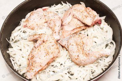 цыпленок на луковой подложке
