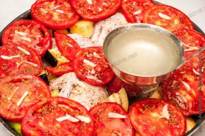 добавляем куриный бульон в рагу курицы с овощами
