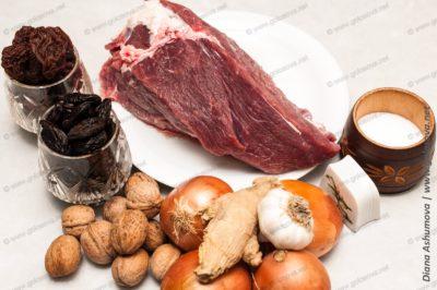 говядина, чернослив, альбухара, лук, орехи, чеснок и имбирь