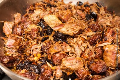 говядина с черносливом и орехами