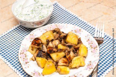 жареная картошка с грибами с окрошкой на кефире